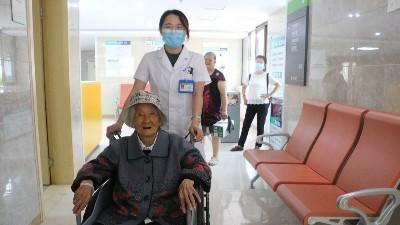 【雅安日报】百岁老人患眼疾 医生巧手施手术