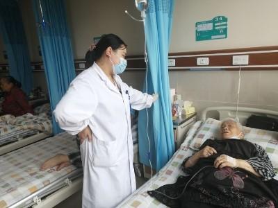 一老人患上白内障青光眼雅安仁康医院妙手除顽疾