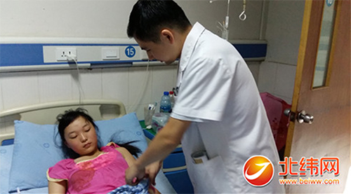 雅安仁康医院医生为胆结石小患者检查手术后恢复情况