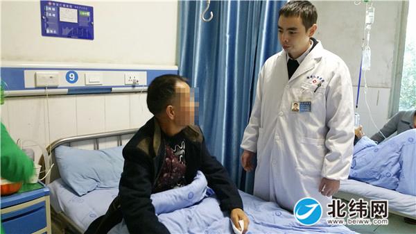 雅安仁康医院主管医生李永义与翁老伯交代出院注意事项