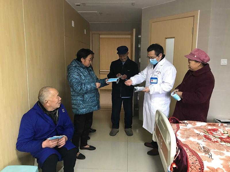 雅安仁康医院院长为住院病人免费发口罩